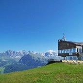 1338974006D-0226-ciampinoi-terrasse-bergstation-umlaufbahn-blick-auf-geisler.jpg