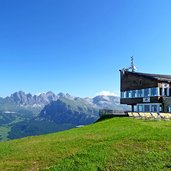 D-0226-ciampinoi-terrasse-bergstation-umlaufbahn-blick-auf-geisler.jpg