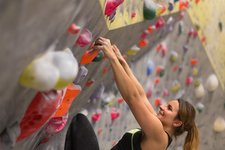 Adobe Stock klettern halle bouldern person