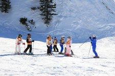 Wintersport -> Skischulen, Kinder mit Skilehrer 2011