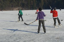 Montiggl Winter Eislaufen Hockey P
